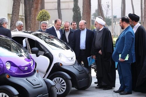رانندگی دکتر روحانی با خودرو برقی